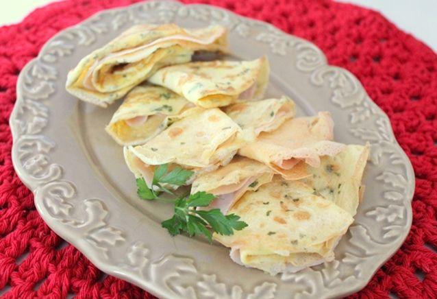Crepe de omelete para hoje? A receita fácil e rápida é uma boa pedida para um lanche proteico, já que não vai nada de carboidratos. O recheio fica à sua esc