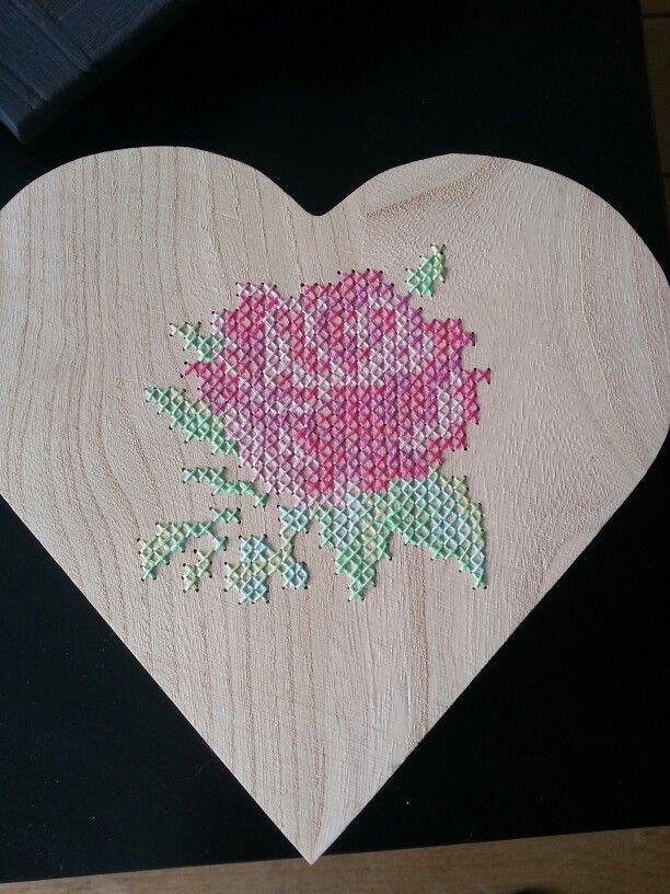 Roos geborduurd op een houten hartjes doosje.