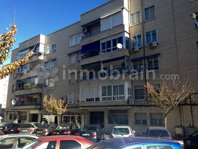 Piso en la localidad de San Fernando de Henares con 80 m² repartidos en 3 habitaciones, 1 baño completo, salón comedor con terraza y cocina independiente con tendedero. Suelos de gres, calefacción individual.