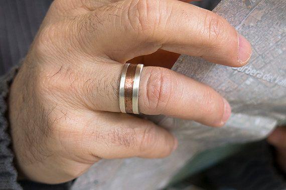 Anillo unisex de plata de ley matizada con una banda central de cobre sin pulir. El cobre es un metal que se oxida muy rápido, por lo que el aspecto del