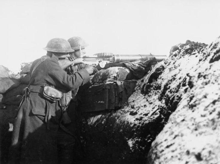 La ametralladora Lewis fue diseñada en Estados Unidos antes de la Primer Guerra Mundial y fue usada en esta por las fuerzas del Imperio Británico. La Lewis es fácilmente identificable debido al amplio tubo de refrigeración alrededor del cañón y al cargador montado en la parte superior del arma.