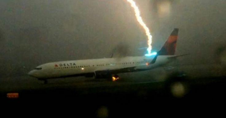 Raio atinge avião em pista do aeroporto de Atlanta