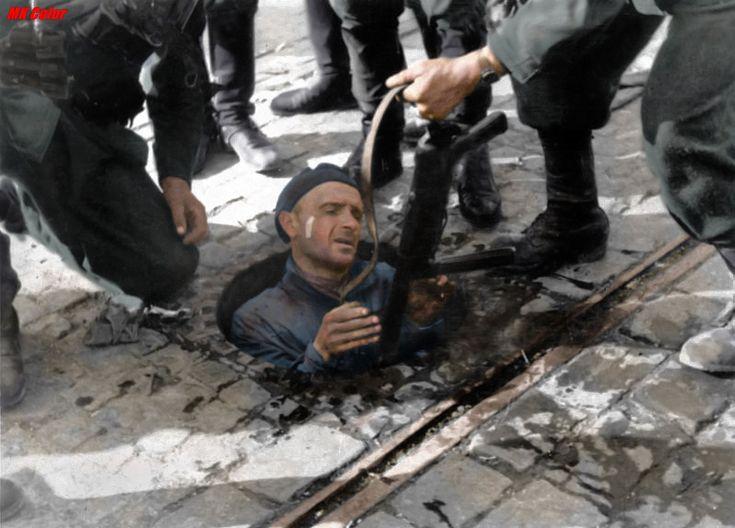 Powstaniec Warszawskie wychodzi po ciężkiej wędrówce kanałami wprost w ręce Niemców. Wyraz jego twarzy mówi wszystko. On już wie , że czeka go tylko śmierć.