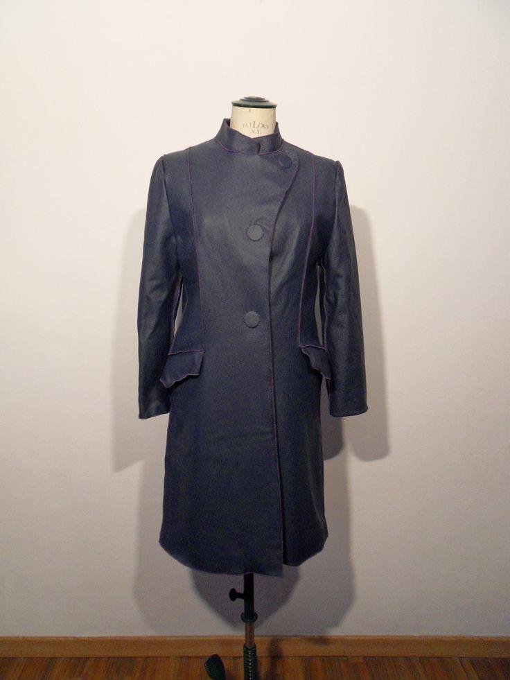 Cappotto lungo in pelle color blu scuro con bottoni a calamita cuciti a mano e colletto alla coreana