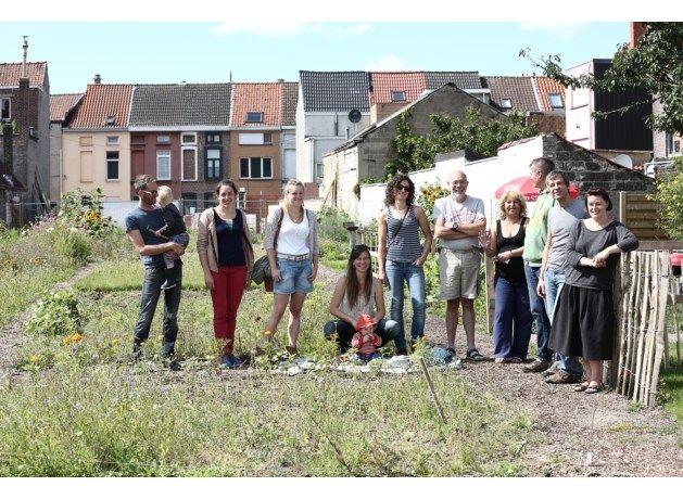 Lachende gezichten in de buurttuin in de dichtbevolkte Rabotwijk.