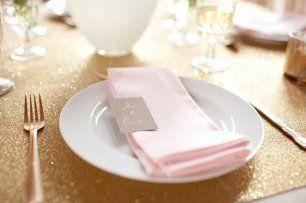 Лаконичное оформление свадебного стола