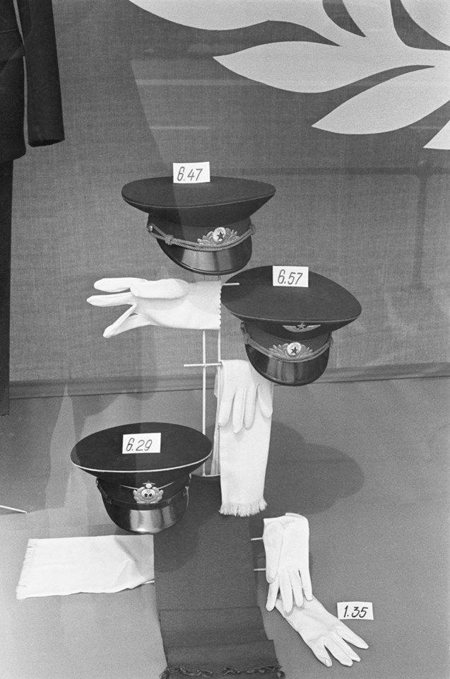 1970s. Москва. Старые цены. Военторг. (конец 70-х). Фото Игоря Пальмина.