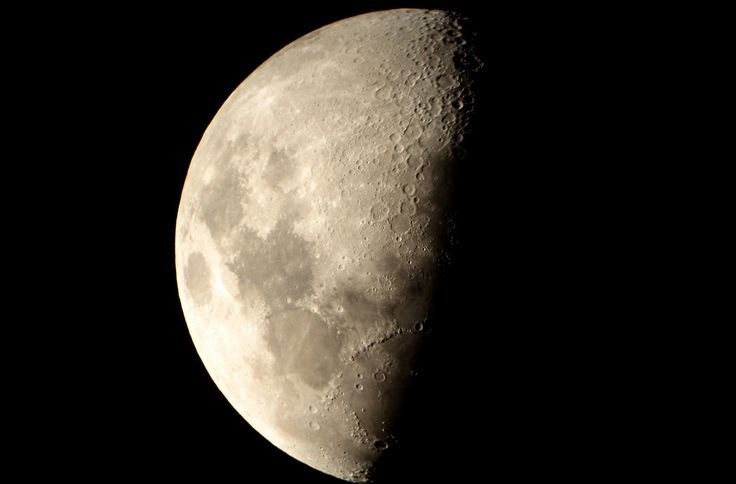 https://flic.kr/p/7iqwcp | LUNA GRIS | Luna Gibada Creciente, una vez ya pasada la fase del Cuarto Creciente, la Luna va tomando progresivamente día tras día, una forma convexa por ambos lados en su parte luminosa, perdiendo ese lado recto que poseía durante la fase inmediata anterior . www.casadellibro.com/libro-la-luna-una-biografia/29000012...