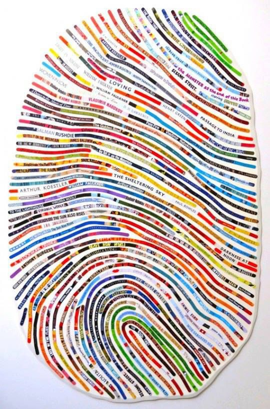 Uitvergrote vingerafdruk, gemaakt met reepjes tekst uit tijdschriften.