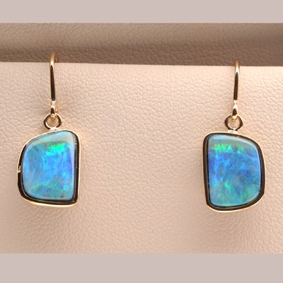 Fantastic Ocean Blue! The opal is a 100% natural from Queensland. It is really bright! It will look amazing on you when you are under the Sun.