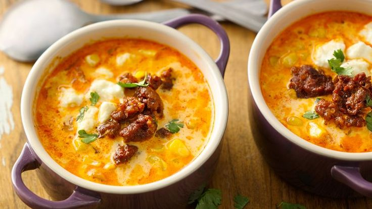 These last few weeks I've been testing out new recipes and when I'm very busy what I miss most is a simple soup with tons of flavor. Today I share with you a very easy recipe with a sweet corn base. This is a quick, easy and tasty soup! Serve with a green salad and enjoy dinner in just 30 minutes. This sweet corn soup with chorizo and queso fresco has the perfect combination of flavors and textures, sweet, spicy, cream and savory all in one spoonful.