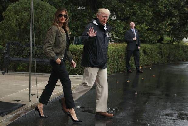 Schon beim Abflug nach Texas rieben sich viele Beobachter verdutzt die Augen: Fliegt Melania Trump mit Stöckelschuhen ins Katastrophengebiet? Es ist (gefühlt) der erste große offizielle Einsatz der First Lady - und sie wirkt auf viele, als gehe sie über den Laufsteg. Sonnenbrille, Bomberjacke, High Heels - Melania stellt sich ganz offensichtlich zur Schau.