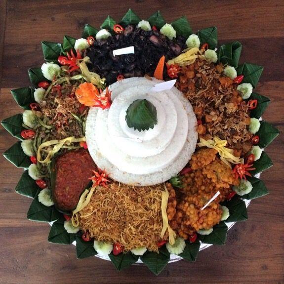 Tumpeng nasi kuning sudah biasa. Kenapa ngga coba tumpeng ⚫️⚪️ dari @segoan_id dengan Nasi putih dan cumi tinta untuk tumpeng yang berbeda? Follow our Instagram, Twitter & Fb page @indohomemade for more Indonesian homemade food.