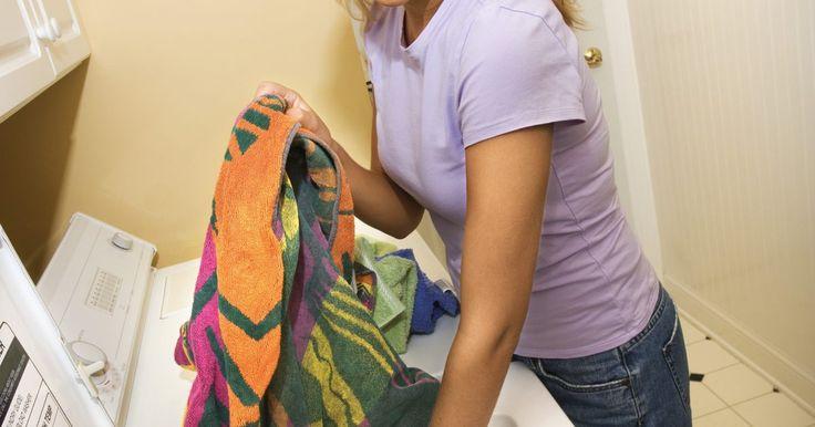 Cómo agregarle bórax al polvo para lavar. El bórax, también conocido por borato de sodio, es un mineral que naturalmente ocurre en la tierra. Este mineral es el que se seca y se machaca para hacer el polvo de bórax. Tiene una variedad de usos en el hogar, siendo uno de los más comunes el del lavado. Mezcla bórax con tu detergente en polvo para lavar ropa para mejorar el poder de limpiado, ...