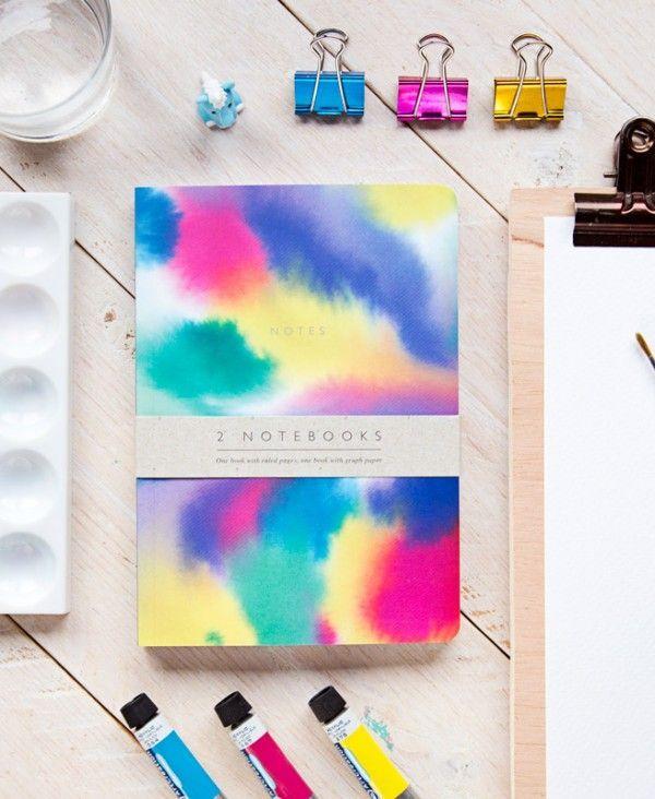 Set de dos modelos de cuadernos envueltos con faja. Tamaño 15 x 21 cm. 80 páginas. Uno con hojas blancas rayadas y el otro con hojas blancas con cuadrícula. Encuadernación rústica cosida con lomo. Bordes redondeados.