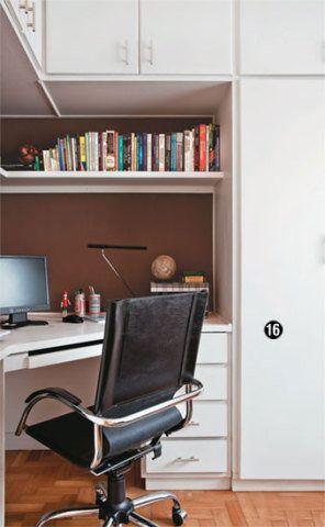 16. Deixado pelo antigo morador, o armário do segundo quarto, antes de tom de madeira, ficou novo em folha após a pintura com tinta acrílica branca. O ambiente funciona como escritório do casal. Cadeira com rodízios da Etna.