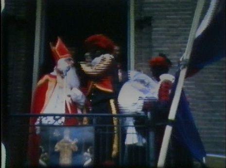 De witte knechten worden met geweld door de zwarte Piet in de (plastic!) zak gestopt (Wanroij, 1963)