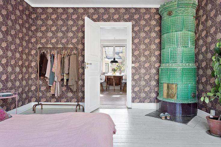 Stort rum för dubbelsäng och övrig möblering