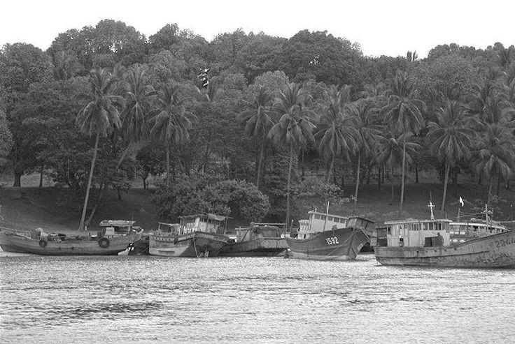 1975 - VIETNAMESE REFUGEES BOATS AT ST JOHN ISLAND