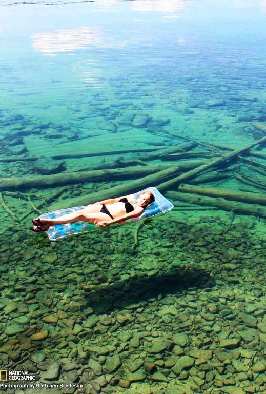 Flutuando em água cristalina no Lago Flathead, Monatana, Estados Unidos. ♡ Floating on crystal clear water of Flathead Lake, Montana, USA.
