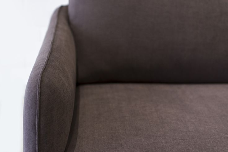 Az Opera ülőgarnitúra kézzel készített, így igény szerint kérhető szövettel vagy bőr borítással.