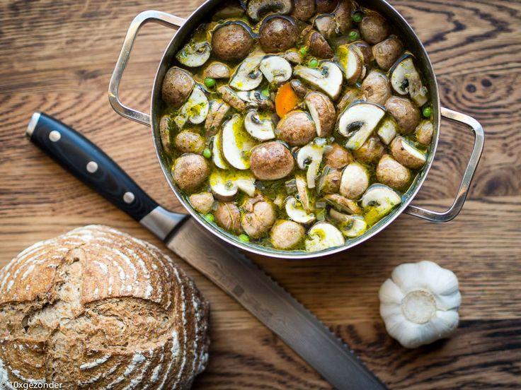 Wederom weer een soep recept, dit keer een heldere champignonsoep. Soep is een ideaal avondmaaltijd. Het is gezond, het vult goed, het is relatief snel klaar en je kunt ook nog eens wat groente opmaken. En je hebt veelal de volgende dag nog een lekker lunch. Reden temeer om vaker een pan soep te maken.  En in deze champignonsoep zitten lekker veel champignons, ook logisch natuurlijk!
