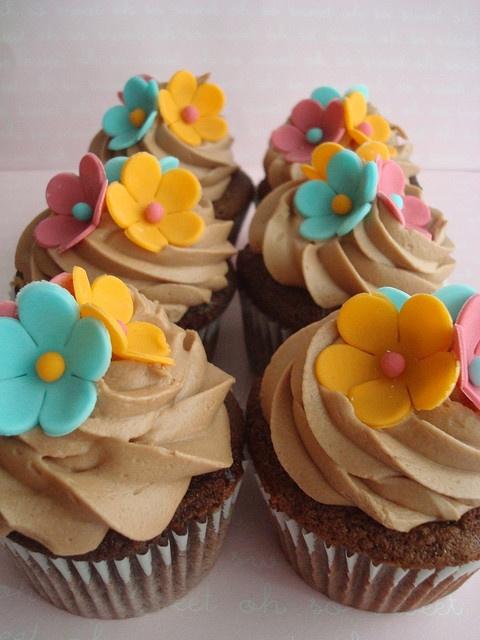 hawaiian decorated cupcakes | hawaiian cupcakes hawaiian themed cupcakes thanks to clevercupcakes ...