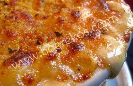 500 g macaroni 2 blikkies tuna in olie 1 blikkie tamatie-en-uie-smoor 200 g cheddarkaas, grof gerasper 250 ml room 5 ml sout Verhit die oond tot 180 C. Smeer n vlak oondvastebak met botter. Kook di…