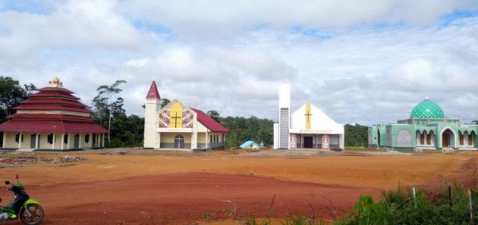 Empat rumah ibadah dibangun secara berdampingan di Desa Tumbang Kalang, Kecamatan Antang Kalang, Kabupaten Kotawaringin Timur. Toleransi sudah menyatu dalam praktik kehidupan sehari-hari masyarakat Desa Tumbang Kalang.