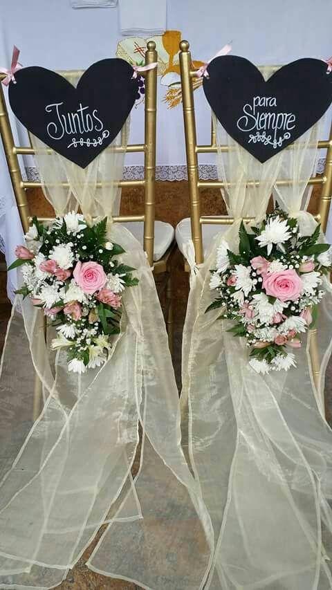 Decoración sillas novios con fajones, letreros y flores