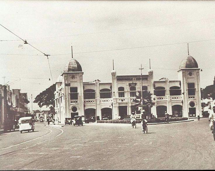 Alon-alon Tjontong circa 1940... kiri jln Gemblongan, kanan jln Baliwerti
