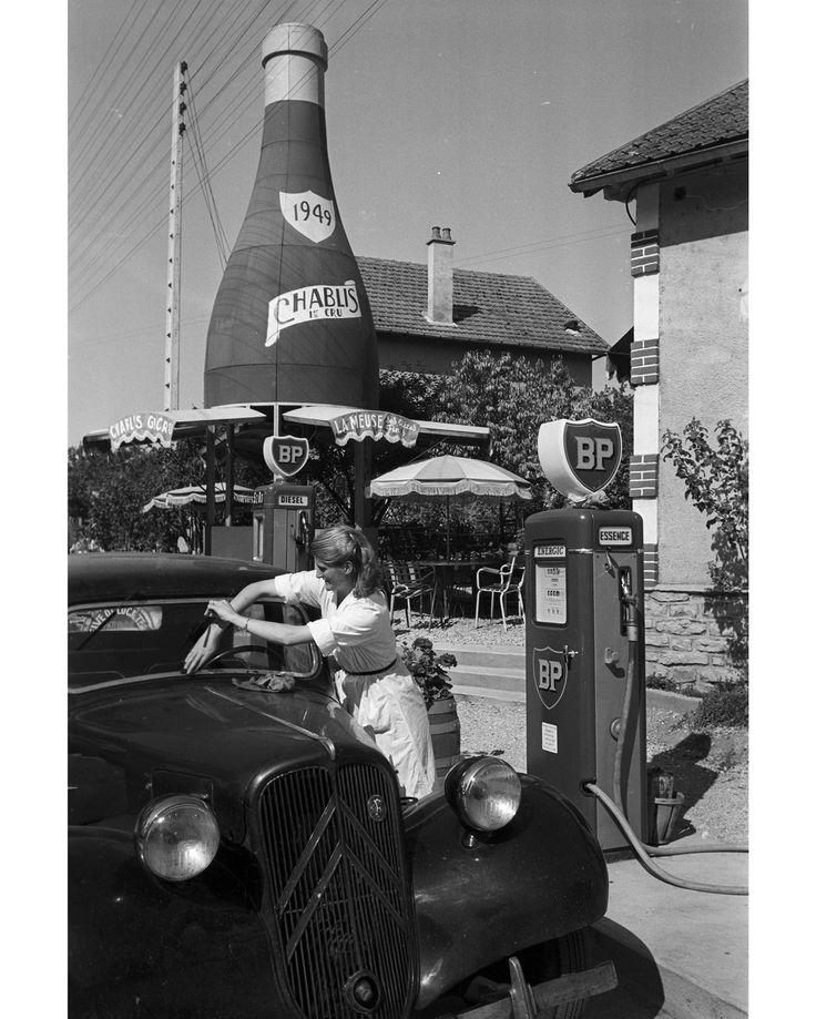 Un jour en #France. #1955. Le charme des stations-service dans les années 50 le long de la route nationale 7 qui partait de Paris pour aller jusqu'à Menton dans le sud de la France. Photo : Maurice Jarnoux/#ParisMatch.  Plus d'archives sur @parismatch_vintage by parismatch_magazine