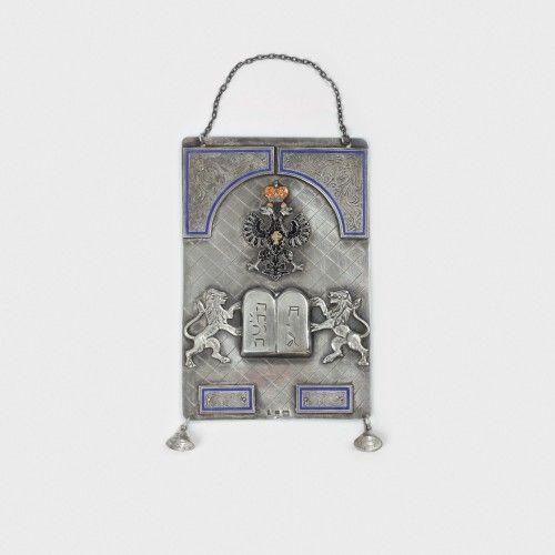 Tass din argint, decorat cu simboluri iudaice, 1867 Atelier Rusesc argint 875 presat, gravat; email, 15,5 x 10,5 cm, 193 g Preţ de pornire: € 250