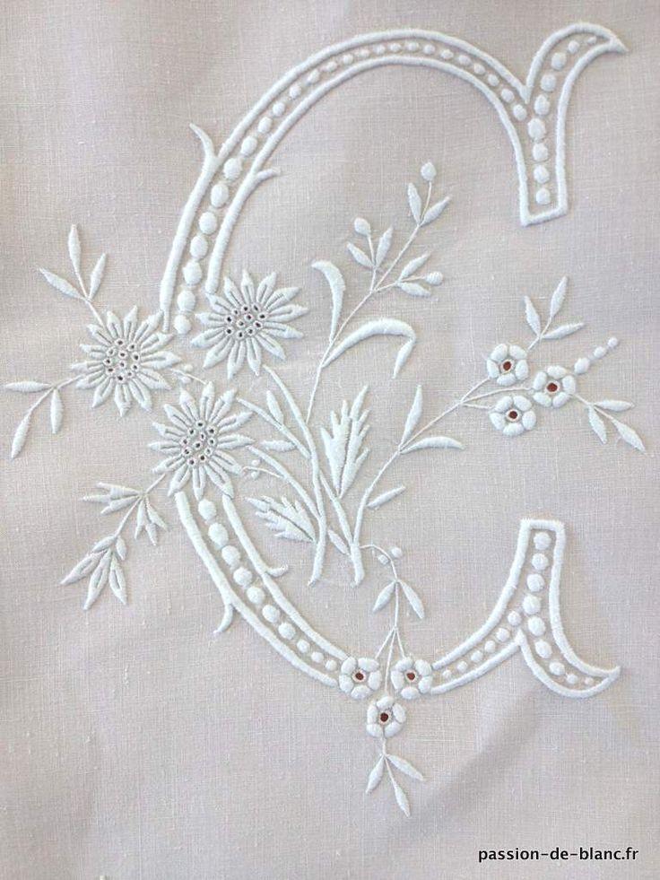 Articles vendus > Linge ancien de lit > LINGE ANCIEN /Somptueux drap avec imposante guirlande de fleurs et monogramme EC sur toile de lin fin - Linge ancien - Passion-de-Blanc - Textiles anciens