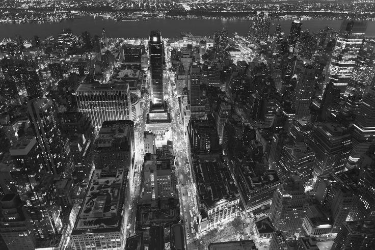 https://flic.kr/p/iv58bZ | NYC | View from Empire State Building  L'Empire State Building è un grattacielo della città di New York, situato nel quartiere Midtown del distretto di Manhattan, all'angolo tra la Fifth Avenue la West 34th Street. Con i suoi 381 metri di altezza (443,2 metri se si considera anche l'antenna televisiva sulla sua cima), è stato il grattacielo più alto del mondo fra il 1931 (anno del suo completamento) ed il 1973, quando furono inaugurate le Torri Gemelle del World…