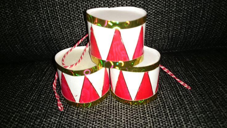 Lav dine egne hjemmelavede juletrommer, der kan bruge til at hænge på juletræet.