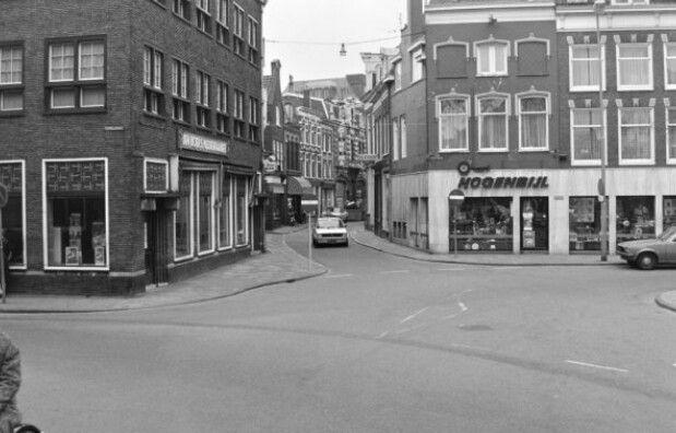 1977. Hoek Lange Veerstraat - Oude Groenmarkt, platenzaak Hogenbijl.