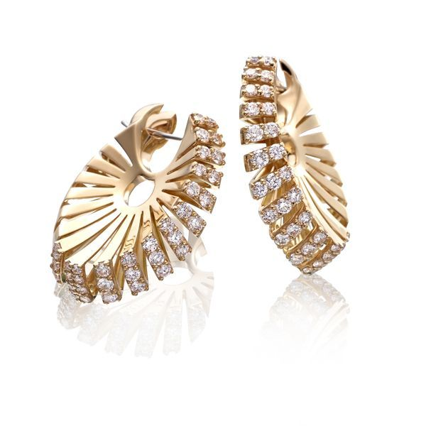 These Ventaglio earrings feature 18K yellow gold and FVS1 diamonds