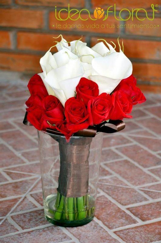 Perfecto ramo de rosas rojas y alcatraces