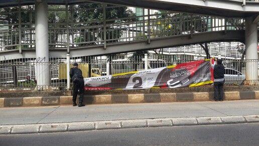 Penertiban spanduk dan umbul umbul liar pada hari sabtu 30 april 2016