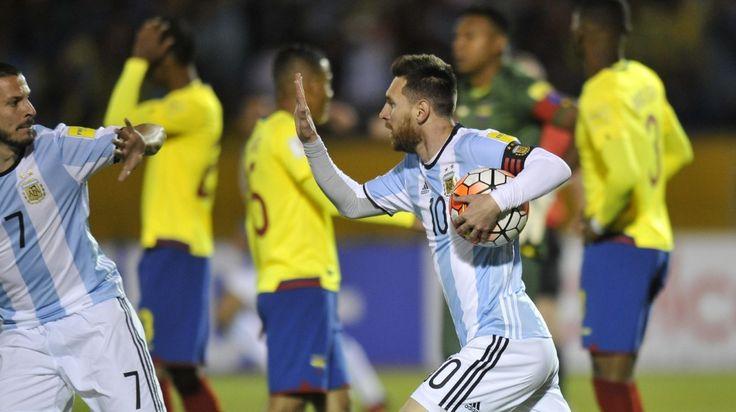 FESTEJO EN ALTURA. Lionel Messi festeja su primer gol con Darío Benedetto en el partido de la Selección argentina contra Ecuador en Quito, el martes 10 de Octubre de 2017. (Mario Quinteros / Enviado Especial)  MIRÁ TODA LA FOTOGALERÍA