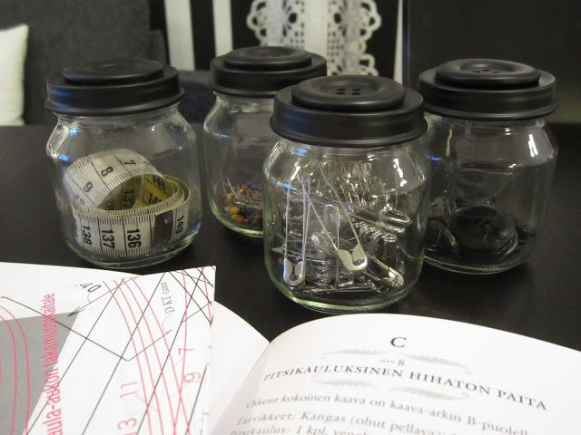 Tee-se-itse-naisen sisustusblogi: Mason Jars With Big Painted Buttons Glued On Top