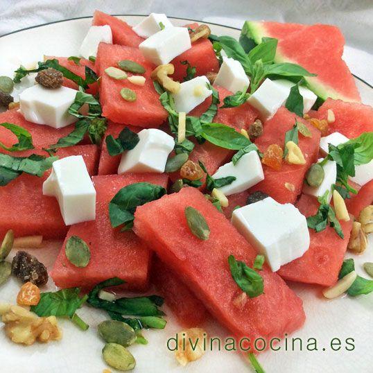 Ensalada de sandía, feta,  unas hojas de rúcula fresca, frutos secos y aceitunas negras en rodajas*