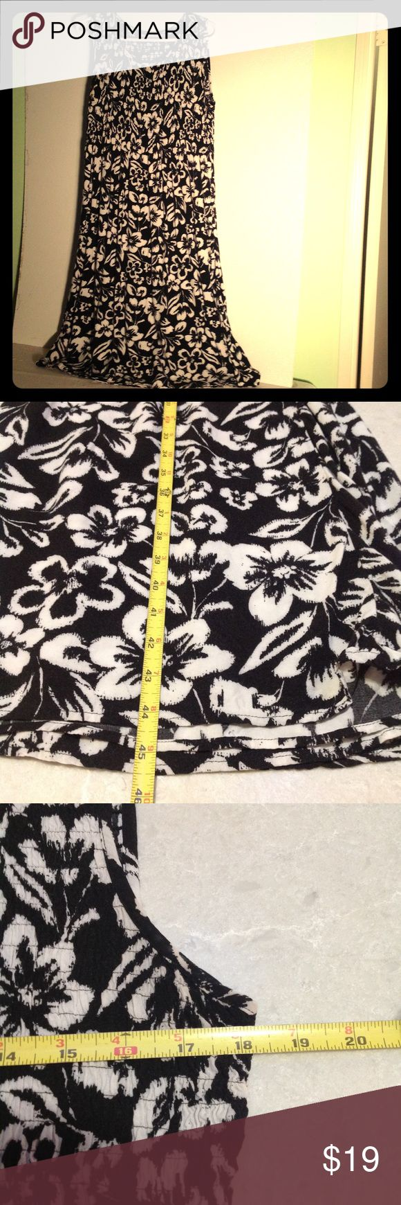 """Tropical print sleeveless dress Striking XL black and cream tropical floral dress. The bodice is smocked so it has great give and the skirt is softly pleated (because of the shocking). So comfortable and easy to wear. This will be a """"go to"""" in your closet. croft & barrow Dresses Midi"""