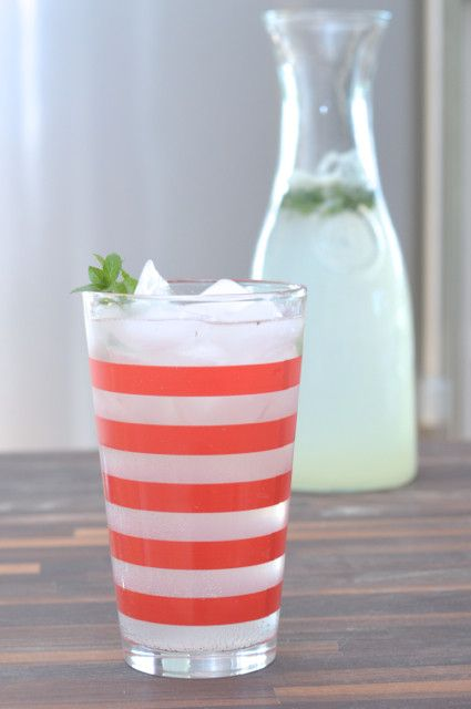 Make the perfect mojitos for a crowd - love this easy recipe for summer entertaining.