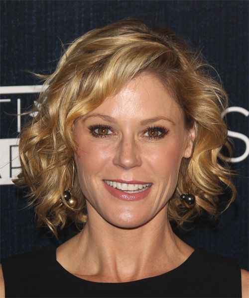 Julie Bowen Medium Wavy Casual Hairstyle – Dark Blonde Hair Color