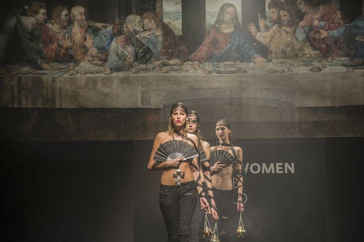 Il regista Paolo Genovese ricrea nel film le sfilate della Milano Fashion Week e questa è il concept pensato da Guia (Liz Solari) per far sfilare i capi di Two women in the word #set2