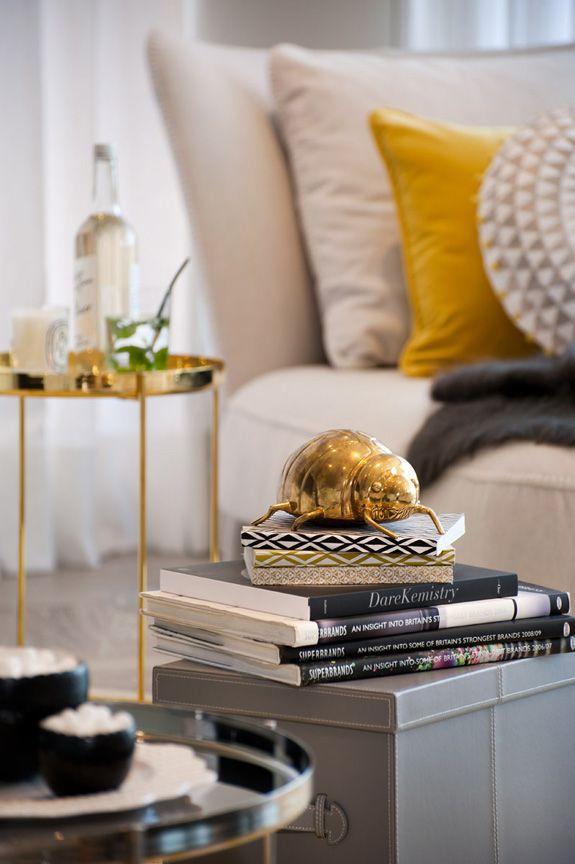 Wohnzimmer Petrol Schwarz wohnzimmer petrol schwarz wohnideen wohnzimmer petrol wohnideen wohnzimmer Farbe Schwarz Farbkombinationen Erhltlich Minimalistische Haus Gold Highlights Room Decor Minimalist Decor Interior Ideas Interior Decorating