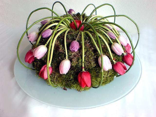 Maak een speelse taart van steekschuim, bedekt met mos en verwerk hierin de tulpen.