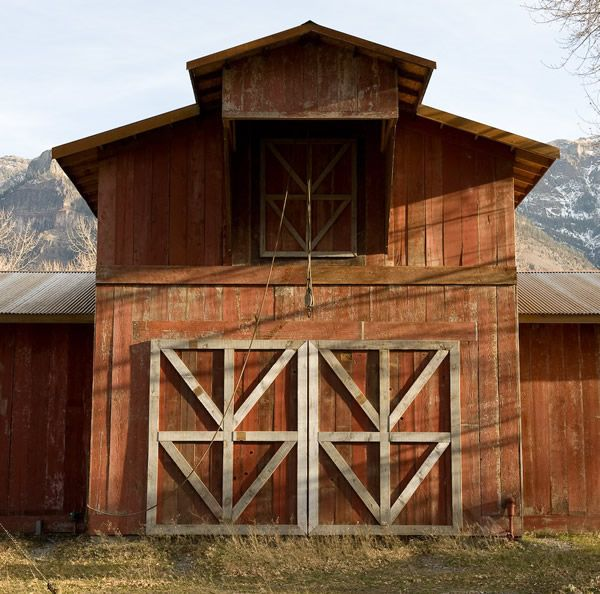 Love the weathered red and white barn wood.: The Doors, Old Barns Woods, Beautiful Barns, Country Living, Awesome Barns, Barns Doors, Barns Beautiful, Red Barns, Reclaimed Barns Woods
